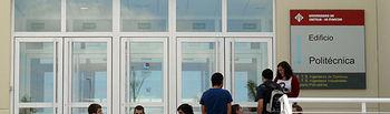 Un grupo de alumnos, en la puerta de entrada a la Politécnica, donde se ubica la Escuela de Caminos.