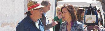 Luz Moya visita el mercado de productos de artesanía y de segunda mano que la Asociación de Vecinos del Casco Antiguo