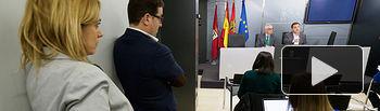 Los portavoces de los Grupos Municipales Ciudadanos y PSOE, observan al alcalde de Albacete, Manuel Serrano, durante la presentación del acuerdo de presupuestos del Ayuntamiento de Albacete