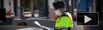 Coronavirus - Un agente de los Mossos d'Esquadra protegido con una mascarilla en un control en el peaje . Foto: Europa Press 2020.