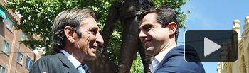 Dámaso González y Javier Cuenca durante la inauguración de la escultura del matador albaceteño.