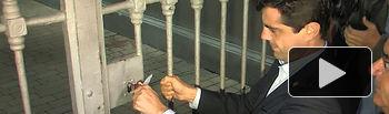 Javier Cuenca cerrando la Puerta de Hierros del Recinto Ferial De Albacete.