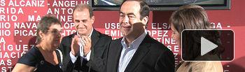 La alcaldesa Carmen Oliver hace entrega de la placa de Embajador de la Feria de Albacete al presidente del Congreso de los Diputados, José Bono.