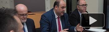 El vicepresidente primero del Gobierno Regional, José Luis Martínez Guijarro, durante el acto de constitución del Subcomité Territorial de Participación de la ITI de la provincia de Albacete