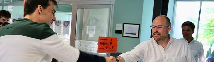 Alejandro Ruiz candidato Cs Cortes regionales, ejerciendo su derecho al voto. 26M.