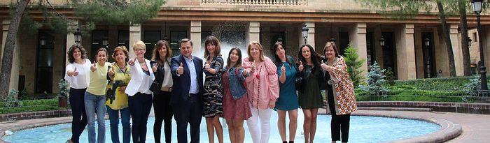 Manuel Serrano acompañado por las mujeres de su candidatura.