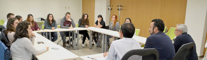Un momento de la reunión celebrada este jueves para valorar la experiencia de los becarios. Fotografía: Álvaro Díaz Villamil/ Ayuntamiento de Azuqueca