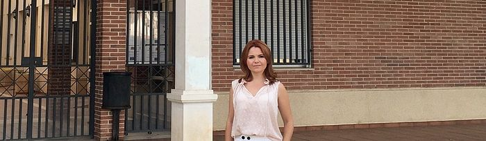 La portavoz del PP, Marta Valdenebro, frente al Ayuntamiento de Villanueva de la Torre.