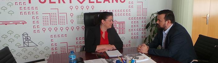 Mayte Fernández, presidenta de la Federación de Municipios y Provincia de Castilla-La Mancha y alcaldesa de Puertollano, y Juan Ramón Amores García, director general de Juventud y Deportes de la consejería de Educación, Cultura y Deportes, y afectado de ELA.