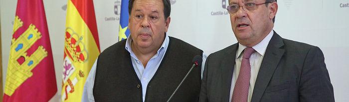 El consejero de Hacienda y Administraciones Públicas, Juan Alfonso Ruiz Molina, y el presidente de CSIF Castilla-La Mancha, Julio Retamosa Espadas, comparecen ante los medios de comunicación tras la reunión que han mantenido hoy en la Consejería para tratar sobre el proyecto de Ley de Presupuestos Generales de Castilla-La Mancha para 2020. (Foto: Álvaro Ruiz // JCCM).
