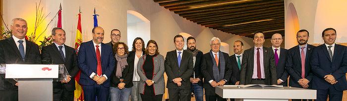 El presidente de Castilla-La Mancha, Emiliano García-Page, firma, en la Real Fábrica de Paños de Brihuega, el 'Pacto contra la Despoblación de Castilla-La Mancha'. (Fotos: A. Pérez Herrera // JCCM).