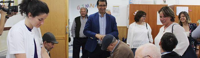 Caballero visita la residencia de enfermos de Alzheimer de Viso del Marqués.