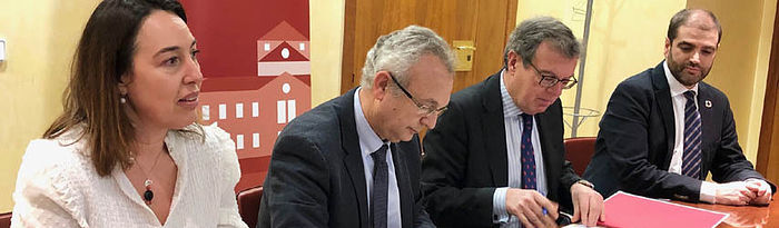 El rector de la Universidad de Castilla-La Mancha (UCLM), Miguel Ángel Collado, y el decano de la demarcación castellanomanchega del Colegio de Ingenieros de Caminos, Canales y Puertos, Víctor Cuéllar Ruiz.