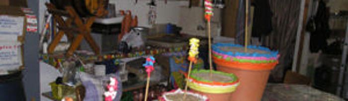 La zambomba es un instrumento membranófono frotado de forma indirecta; es decir, el sonido lo produce la vibración de una piel provocada por la fricción sobre una caña o cuerda unida a ella.