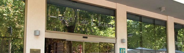 Entrada principal del Hotel Los Llanos de Albacete, plenamente accesible.