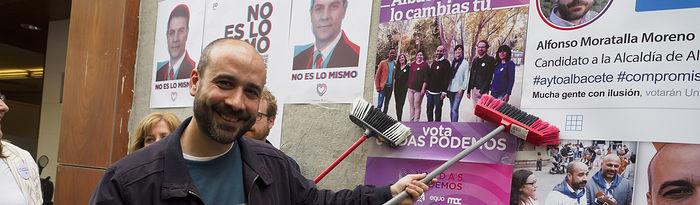 Alfonso Moratalla, candidato a la alcaldía por Unidas Podemos, durante la pegada de carteles de las Elecciones 26M en Albacete