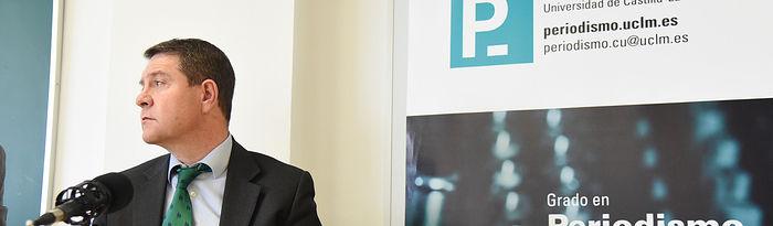 El presidente de Castilla-La Mancha, Emiliano García-Page, protagoniza, en la Facultad de Periodismo del campus universitario de la UCLM en Cuenca, un ejercicio práctico de conferencia de prensa en el que participan unos 80 alumnos. (Fotos: José Ramón Márquez // JCCM)