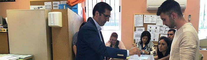 José Manuel Caballero ejerce su derecho al voto. 26M.