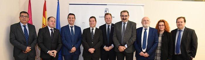 El jefe del Ejecutivo autonómico, Emiliano García-Page, preside, en la Delegación de la Junta en Albacete, la reunión de la Comisión de Seguimiento de las Obras del Hospital de Albacete. (Fotos: José Ramón Márquez // JCCM).