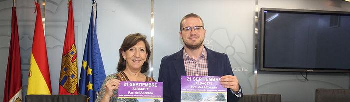 La presidenta de ASACO España, Charo Hierro, acompañada del concejal de Igualdad, Mujer y Participación del Ayuntamiento de Albacete, Manuel Martínez.