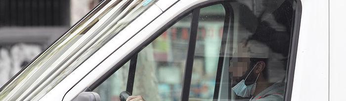 COronavirus- Un trabajador conduce por la capital el mismo día en el que el Ministerio de Transportes ha ampliado en cinco millones de mascarillas más el pedido inicial del que lanzó el pasado fin de semana de ocho millones con el fin de distribuirlas entre todos los trabajadores del sector de los transportes y así asegurar su seguridad frente a la expansión del coronavirus, Foto: Europa Press 2020