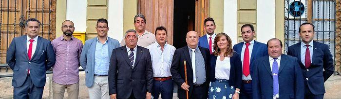 Luis Miguel Atiénzar a las puertas del Ayto. de Fuentealbilla junto al resto de responsables políticos.