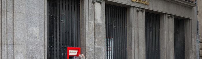 Coronavirus- Una persona saca dinero de un cajero del centro de Madrid. Foto: Europa Press 2020