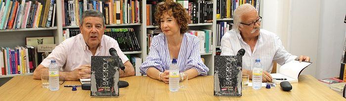 Mª Ángeles Martínez muestra el compromiso del Ayuntamiento de Albacete para seguir apoyando al mundo de la literatura a través de Barcarola