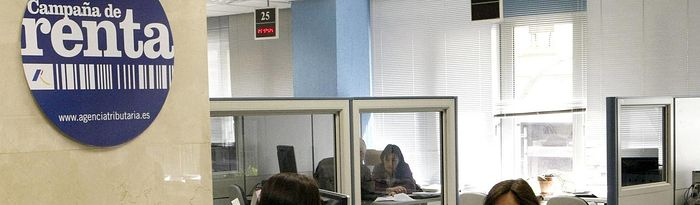 Dinero - Campaña Renta - Hacienda - Agencia Estatal Tributaria - Ahorros. Imagen de archivo.