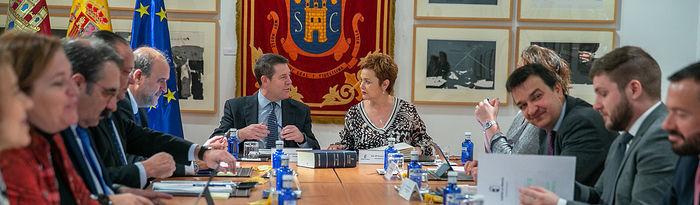 El presidente de Castilla-La Mancha, Emiliano García-Page, preside, en el Ayuntamiento de San Clemente, en Cuenca, la reunión del Consejo de Gobierno itinerante. (Fotos: A. Pérez Herrera // JCCM).