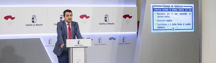 El consejero de Agricultura, Medio Ambiente y Desarrollo Rural, Francisco Martínez Arroyo informa sobre la Estrategia Regional de Biomasa aprobada en el Consejo de Gobierno, en el Palacio de Fuensalida. (Fotos: Ignacio López//JCCM)