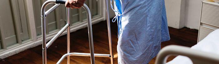 Una persona mayor con un andador.