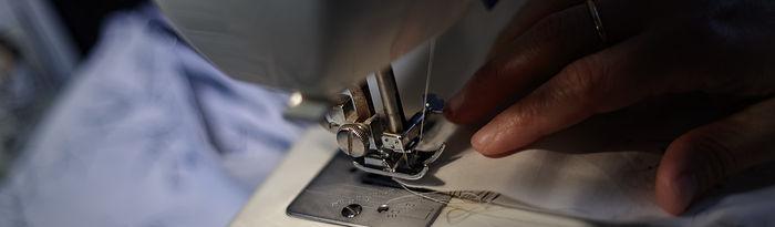 Coronavirus- Una mujer cose una mascarilla con una máquina de coser. Foto: Europa Press 2020