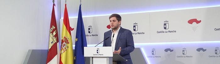 El portavoz en funciones del Gobierno regional, Nacho Hernando, informa de los acuerdos aprobados en el Consejo de Gobierno, en el Palacio de Fuensalida. (Foto: Álvaro Ruiz // JCCM)