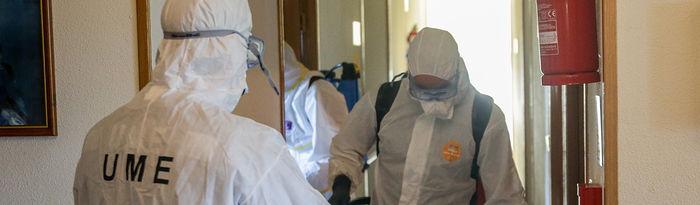 Varios militares de la UME entran a desinfectar una Residencia de Mayores. Foto: Europa Press 2020