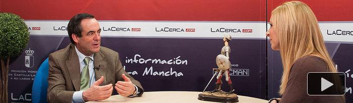 """José Bono, autor del libro """"Diario de un Ministro"""", junto a la periodista Miriam Martínez en durante la entrevista."""