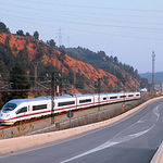 Un tren de alta velocidad (AVE) no es sólo una empresa de ingeniería en su concepción, elaboración, mantenimiento y uso. Foto de un tren AVE