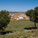 Vista de Almonacid de Toledo, desde el Castillo, donde se puede observar su iglesia parroquial de San Antonio Abad.
