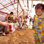 Una familia procedente del pueblo Zhong He Cun, es fotografiada en su tienda en un asentamiento para supervivientes del terremoto del día 12 de mayo de 2008 en China.