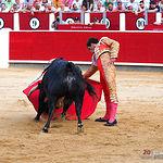 Rubén Pinar, en su segundo en suerte al que le cortó dos orejas que, sumadas a la que le cortó a su primero le valió para abrir la Puerta Grande de la primera de abono de la Feria del Centenario de la Plaza de Toros de Albacete.