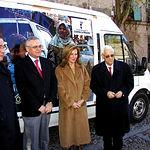 El consejero de Bienestar Social, Tomás Mañas, junto a la presidenta de honor de Mensajeros de la Paz en CLM, Clementina Díez, y el Padre Ángel, posan ante una de las furgonetas cargadas de ayuda humanitaria ofrecida por la JCCM.