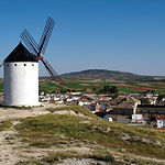 Desde los molinos situados en El Romeral (Toledo), se observa una magnífica vista de la localidad.