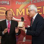 """Manuel Lozano entrega una escultura del encaste """"Samuel Flores"""" al propio ganadero."""