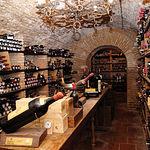 Haciendo eco de su buen gusto tanto en el sector gastronómico como en el vitivinícola, la bodega de Adolfo Muñoz constituye un verdadero placer para los amantes de los buenos caldos. En la foto, imagen de la bodega.