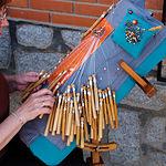 Las tradiciones artesanas son conservadas en esta comarca. En la foto, una mujer realiza encaje de bolillos en Turleque.