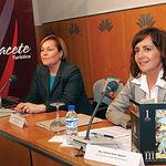 La alcaldesa de Albacete, Carmen Oliver (d), y la concejala de Fiestas del III Centenario, Soledad Velasco, durante la promoción, este año, de la Feria de Albacete en Barcelona.
