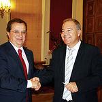 Julián Sánchez Pingarrón y el alcalde de Hellín, Diego García Caro, durante la reunión, este 5 de octubre, que ambos mantuvieron al respecto del Proyecto de construcción de la Plataforma Logística e Intermodal del Sureste en Hellín.