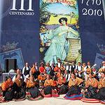 El presidente de Castilla-La Mancha, José María Barreda, se fotografió en la puerta del Palacio de Congresos y Exposiciones de Albacete, delante del cartel anunciador de la Feria de Albacete 2010, junto a un grupo de manchegos/as.