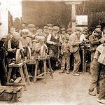 Interior de una fábrica de navajas de principios del siglo XX.