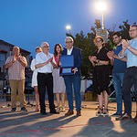 Manuel Matías Alemañy y Natividad Gómez Redondo entregan a Manuel Lozano una placa en recuerdo del Pregón realizado.